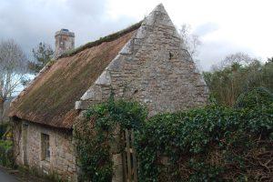 Granitsteinhaus Locronan mit Reet gedeckt