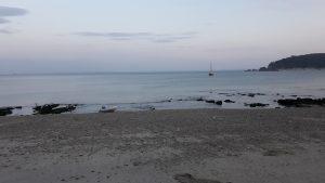 Tordas vor Anker in der Bucht von Morgat